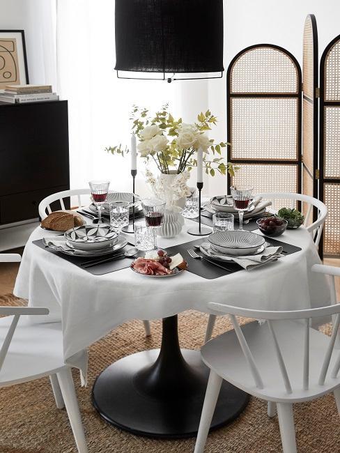 Esszimmer eingerichtet mit gedecktem Esstisch und Stühlen