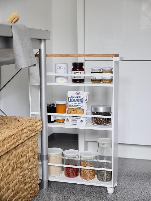 Weißes, kleines Standregal in Küche