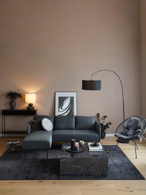 Wohnzimmer mit dunkeln Möbeln eingerichtet