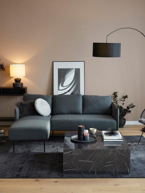 Wohnzimmer mit dunklen Möbeln eingerichtet