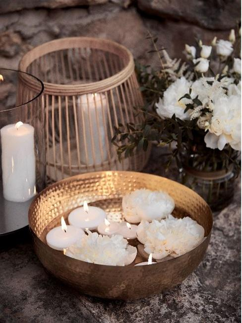 Gartenhochzeit Deko Wasserschale Kerzen Blueten