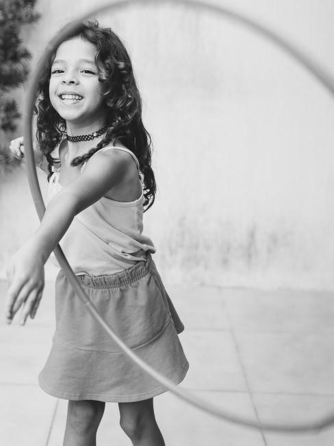 lachendes Mädchen mit Hula-Hoop-Reifen