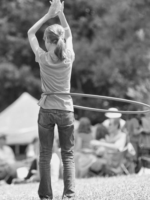 Mädchen beim Hula Hoop schwingen