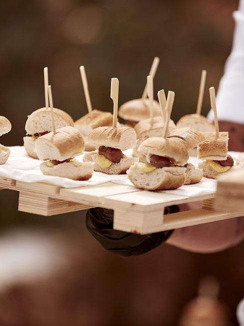 Kleine Burgerhäppchen mit Brot und Grillwurst