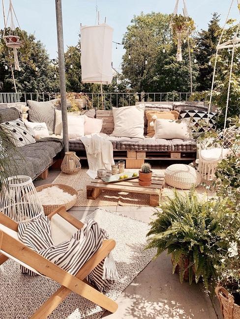 Große Dachterrasse mit Sitzecke aus Palettenmöbeln