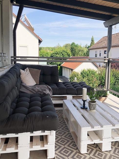 Balkon mit Palettenmöbel und Sitzauflage
