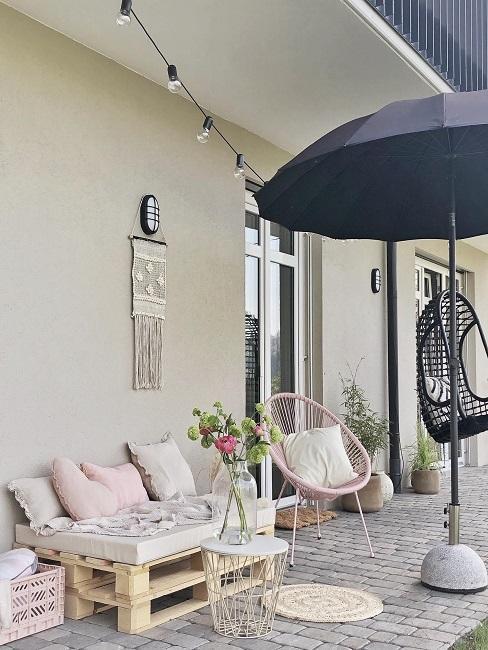 Terrasse mit Palettenmöbel und Sonnenschirm
