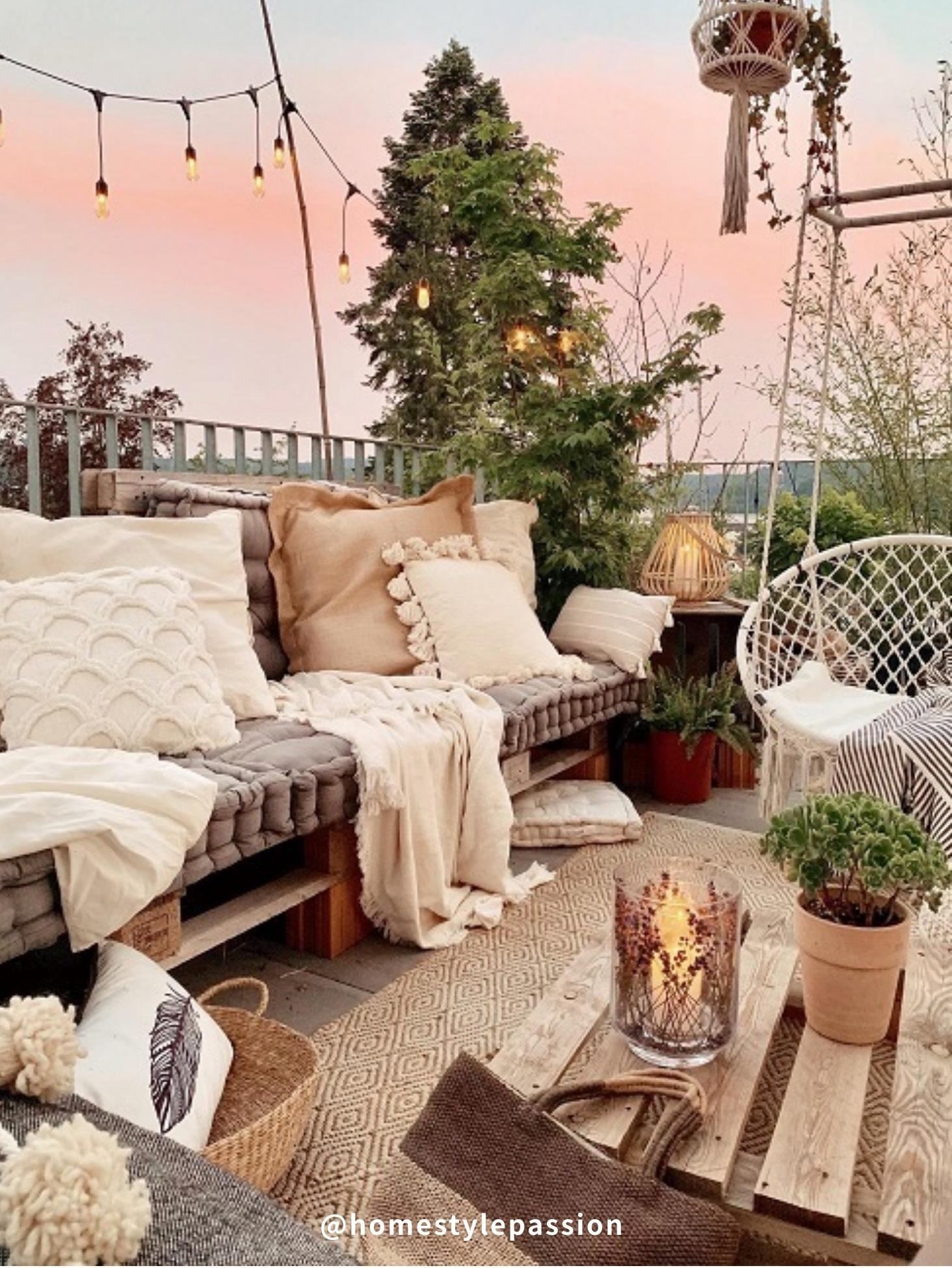 Balkon mit Palettenmöbel und Pflanzen
