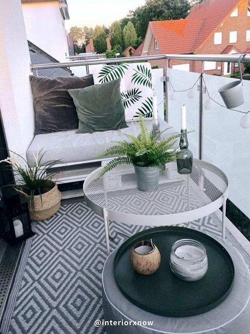 Balkon mit Palettenmöbel, kleinem Balkontisch und Bodenkissen