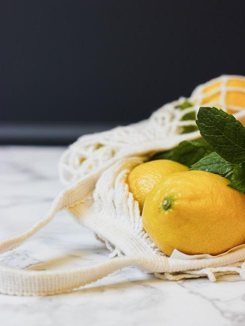 Zitronen auf Kücheninsel