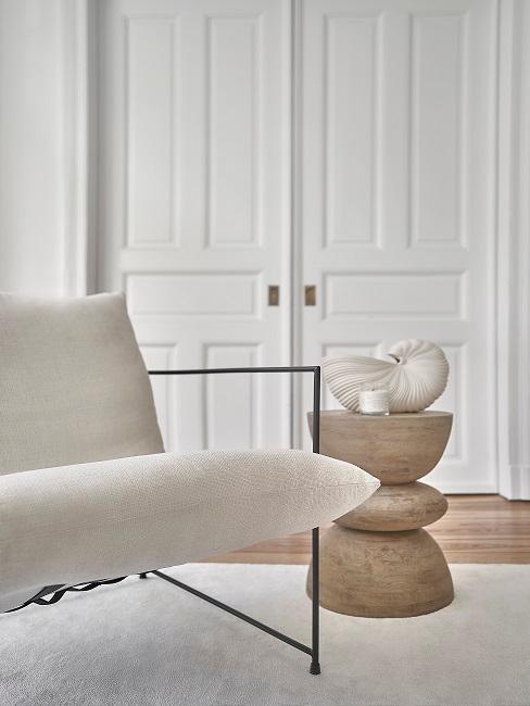 Wohnzimmer Sessel in Weiß und kleiner Designer-Couchtisch