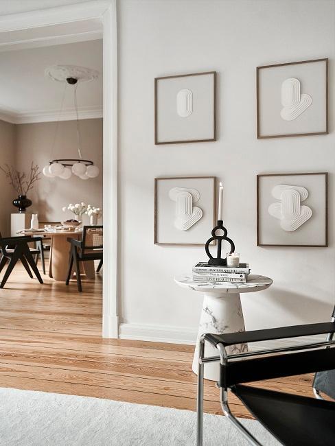 Wohnzimmerwand mit vier Bildern