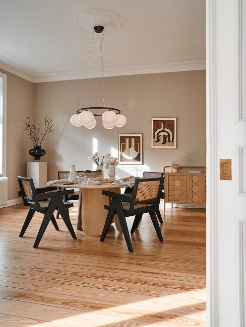 Eingang zum minimalistsich eingerichteten Esszimmer