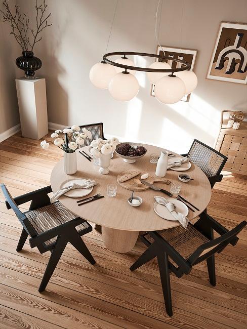Dezenter Esstisch gedeckt mit vier Stühlen