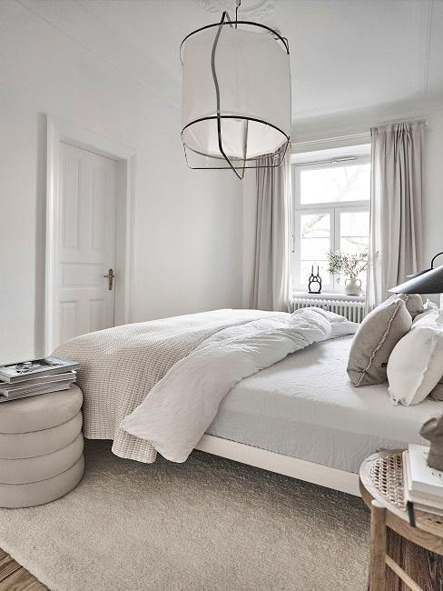 Schlafzimmer mit großer einzelner Deckenlampe