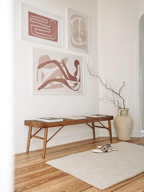Flur mit drei abstrakten Bildern an der Wand