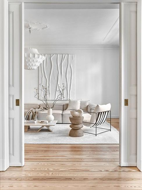 Eingang zum minimalistisch eingerichteten Wohnzimmer