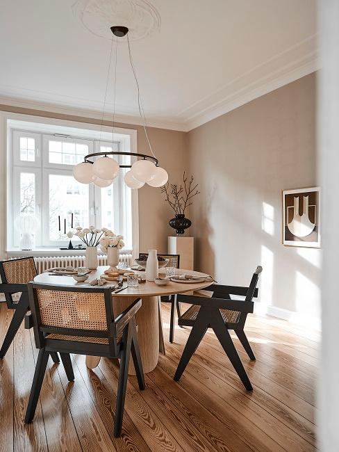Minimalistisch eingerichteter Essbereich mit Tisch und Stühlen