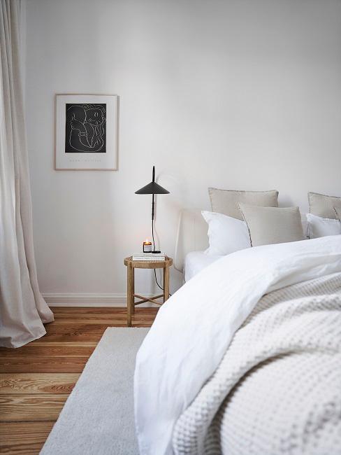 Schlafzimmer mit Bett und Hocker als Nachttisch
