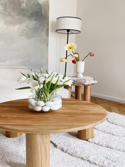 Blumen mit Ostereiern in einer Vase