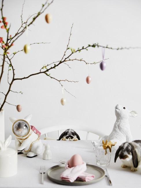 Zweige mit Osterdeko auf einem Tisch