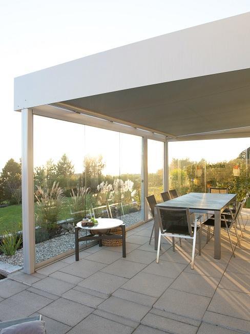 Terrasse mit Tisch und Stühlen überdacht