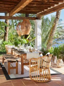 Terrassengestaltung Möbel Tisch Bank Stuhl Rattan Kissen