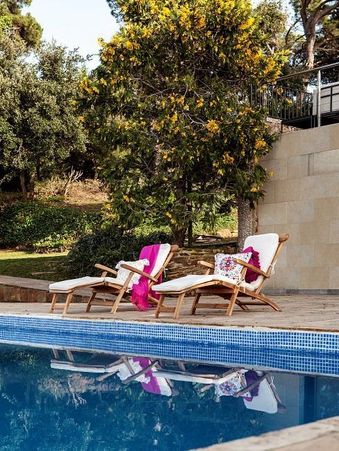 Moderne Terrasse Boho Muster Pool Sonnenliegen