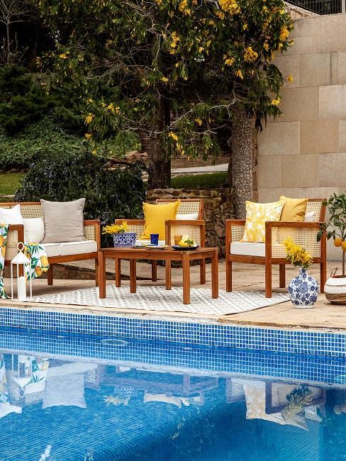 Sitzecke im mediterranen Stil vor Pool