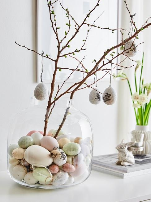 Zweige in einer Vase mit Eiern