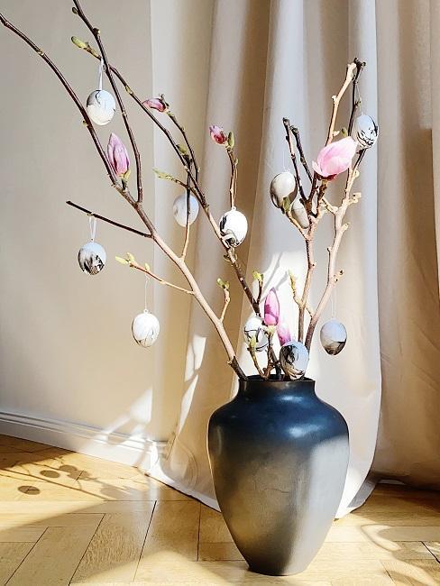 Magnolienzweige in einer Vase
