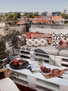 Terrassengestaltung Dachterrasse gestalten Paletten Kissen Pflanzen