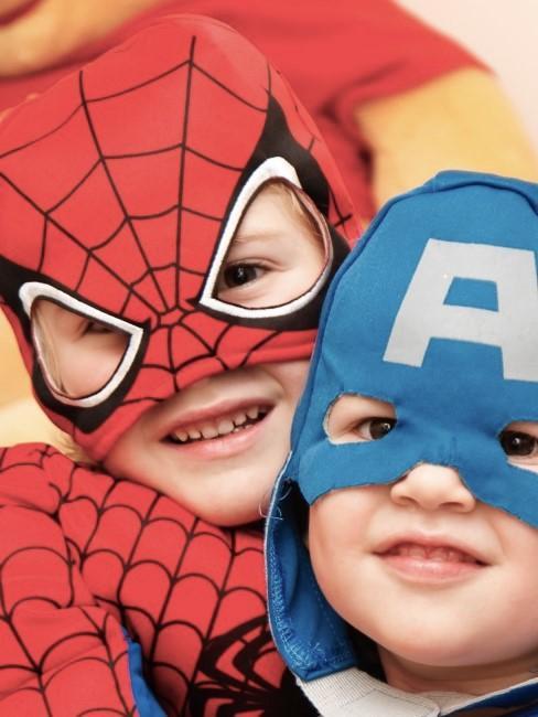 Jungen verkleidet als Spiderman und Captain America
