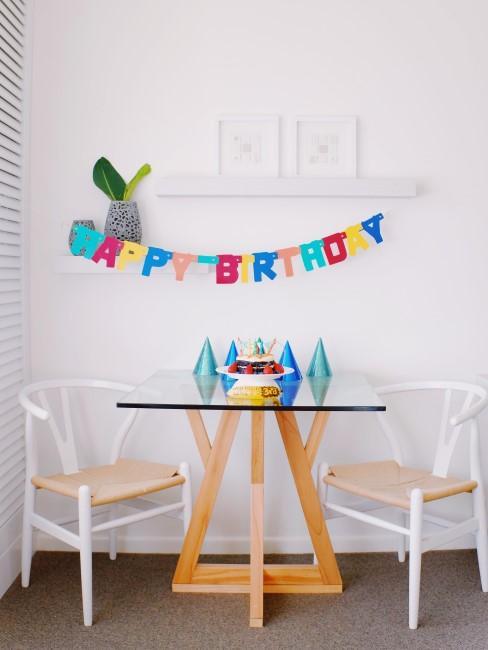 Happy Birthday Geburtstagsgirlande, Partyhüte und Kuchen als Deko für den Kindergeburtstag in Coronazeiten