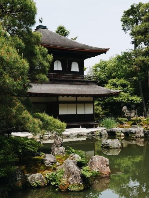 Japanische Vorgartengestaltung mit Teich