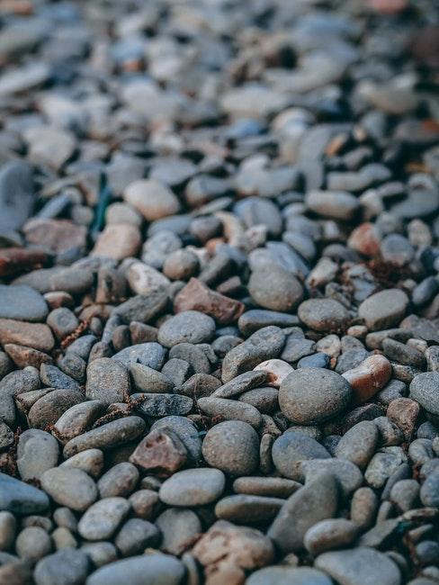Kieselsteine am Boden