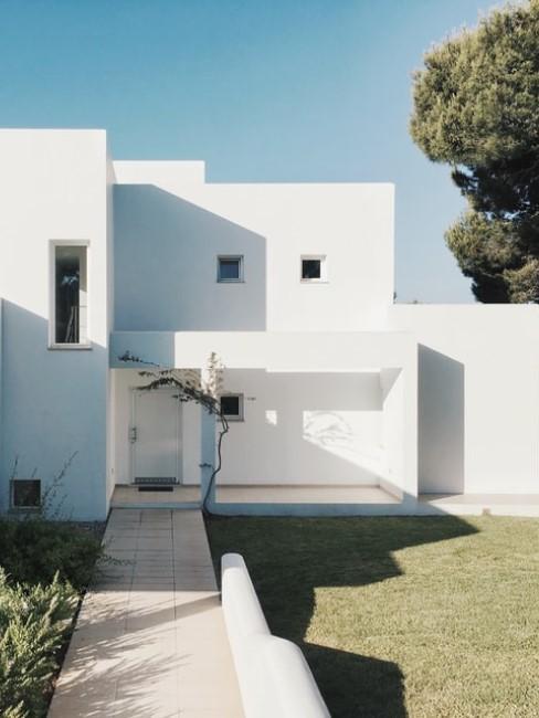 Modernes Haus mit schlichtem Vorgarten