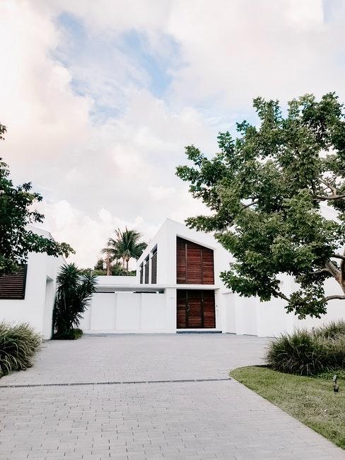 Modernes Wohnhaus mit cleaner Einfahrt