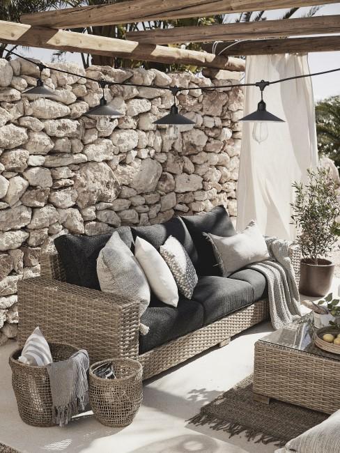 Rustikale Steinmauer in der Sitzecke