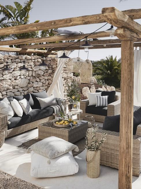 Rustikale Sitzecke im Garten mit Steinmauer