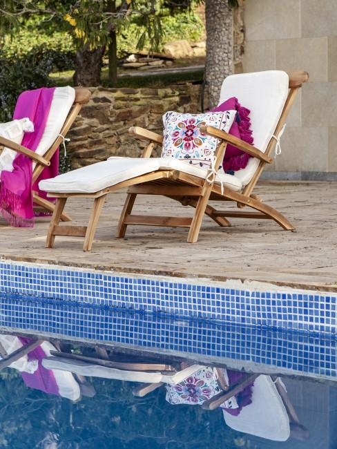 Liegestühle als Sitzecken am Pool