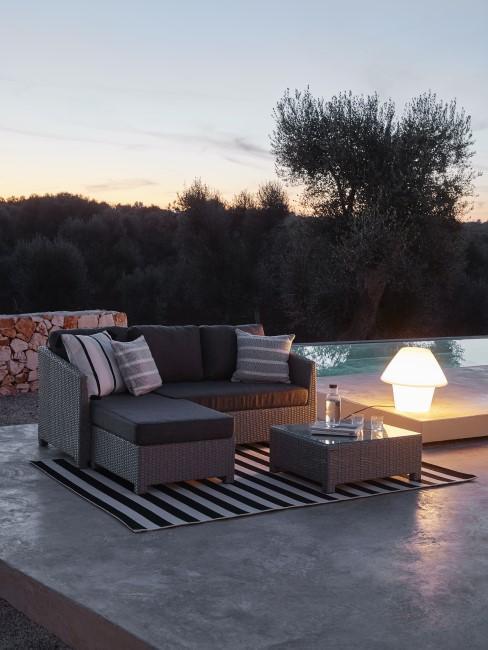 Moderne Sitzecke im Garten in Grau