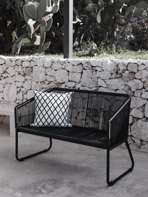 Moderne Gartenbank als einfache Sitzecke für den Garten