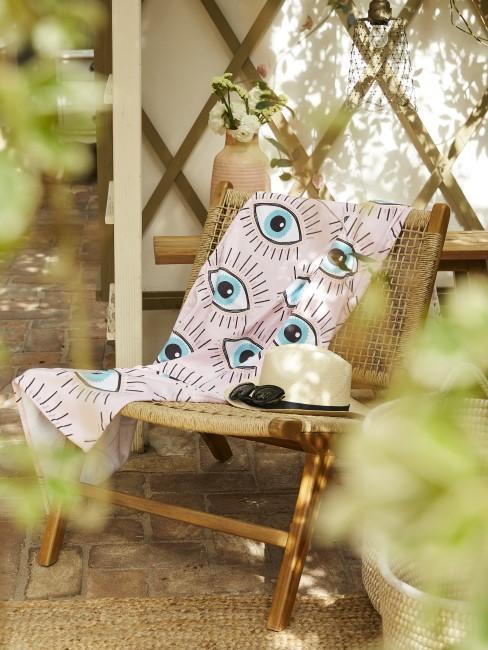 Gartenstuhl als einfache Sitzecke im Garten