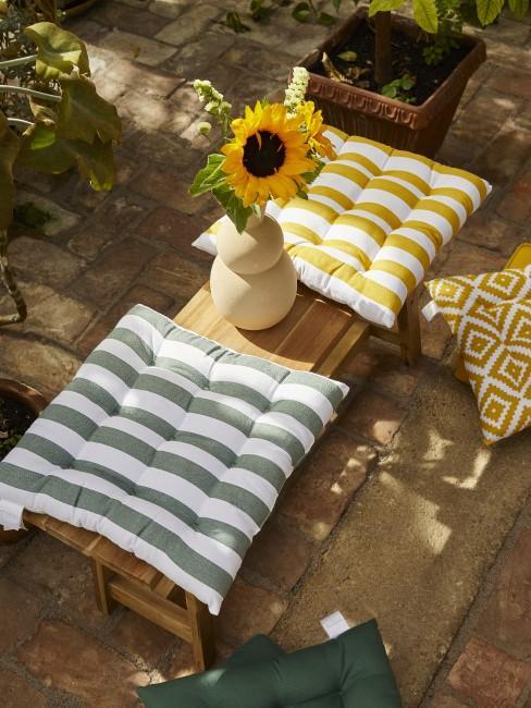 Schlichte Gartenbank aus Teakholz mit Sitzkissen