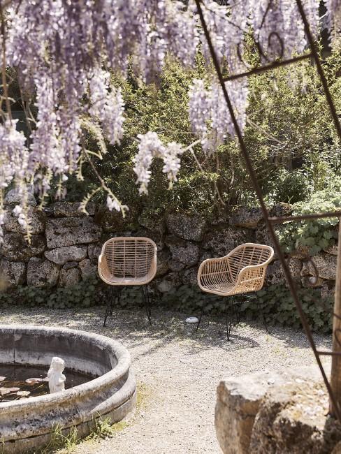 Eine Garten Sitzecke im idyllischen Senkgarten mit Blumen