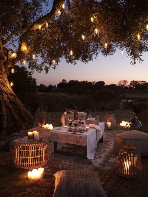 Orientalische Sitzecke im Garten mit Beleuchtung