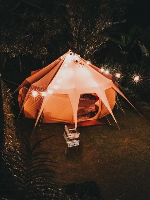 Ein Zelt als ausgefallene Sitzecke im Garten
