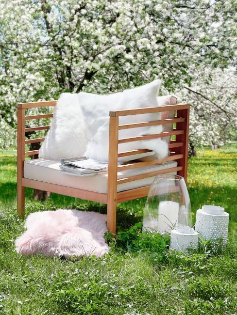 Gartenstuhl unter blühendem Baum