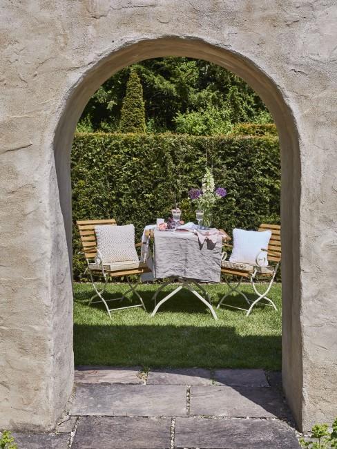 Versteckte Sitzecke im Garten